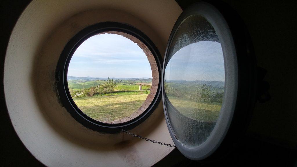 Paesaggio visto da una finestra rotonda