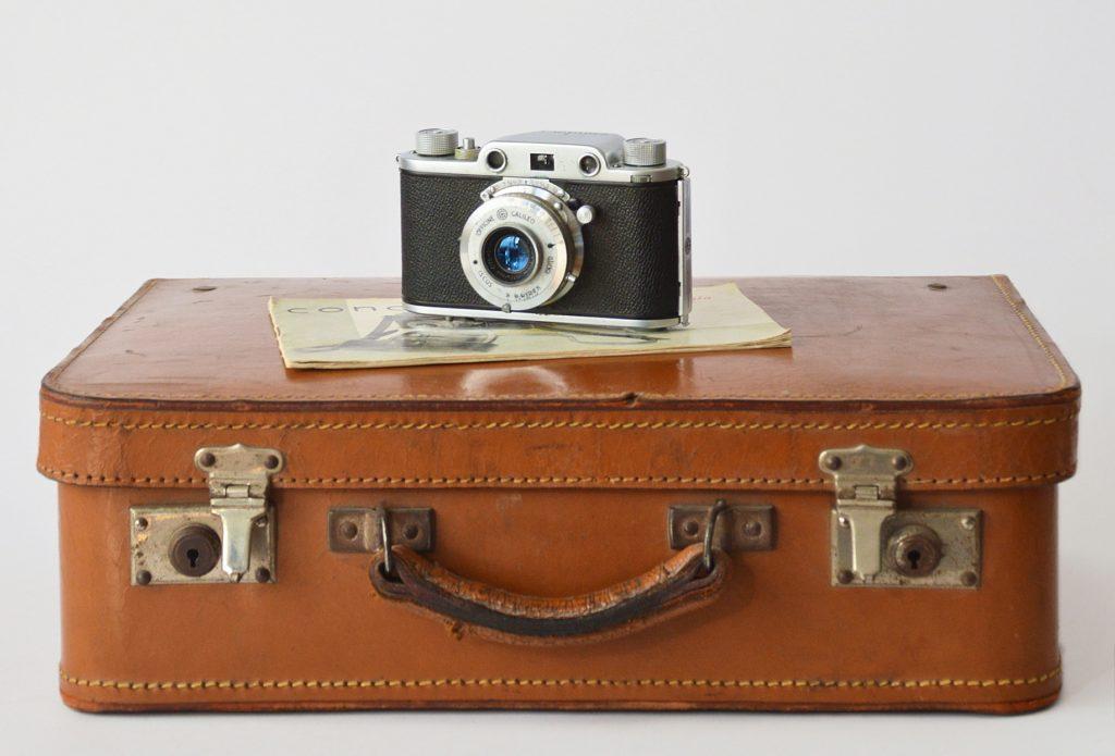 macchina fotografica e valigia_foto emanuela picone
