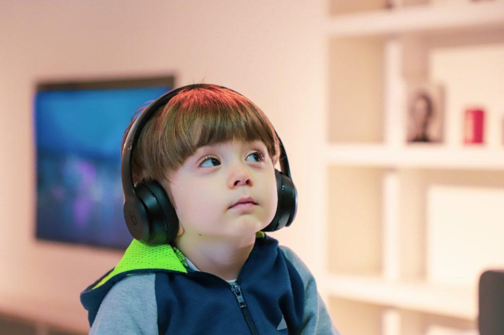l'ascolto attivo è ascoltare senza pregiudizio e con attenzione con le orecchie di un bambino