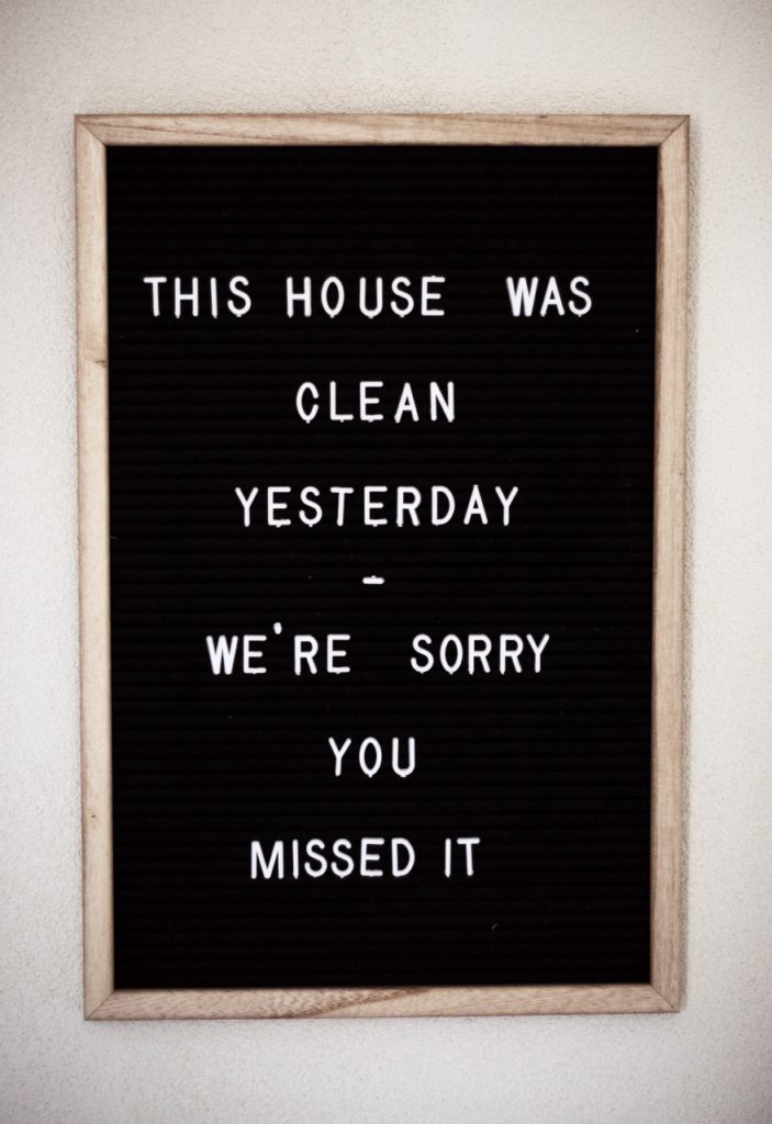 svolgere mansioni semplici che non ci piacciono come le pulizie con attenzione aiuta a sviluppare l'ascolto senza giudizio