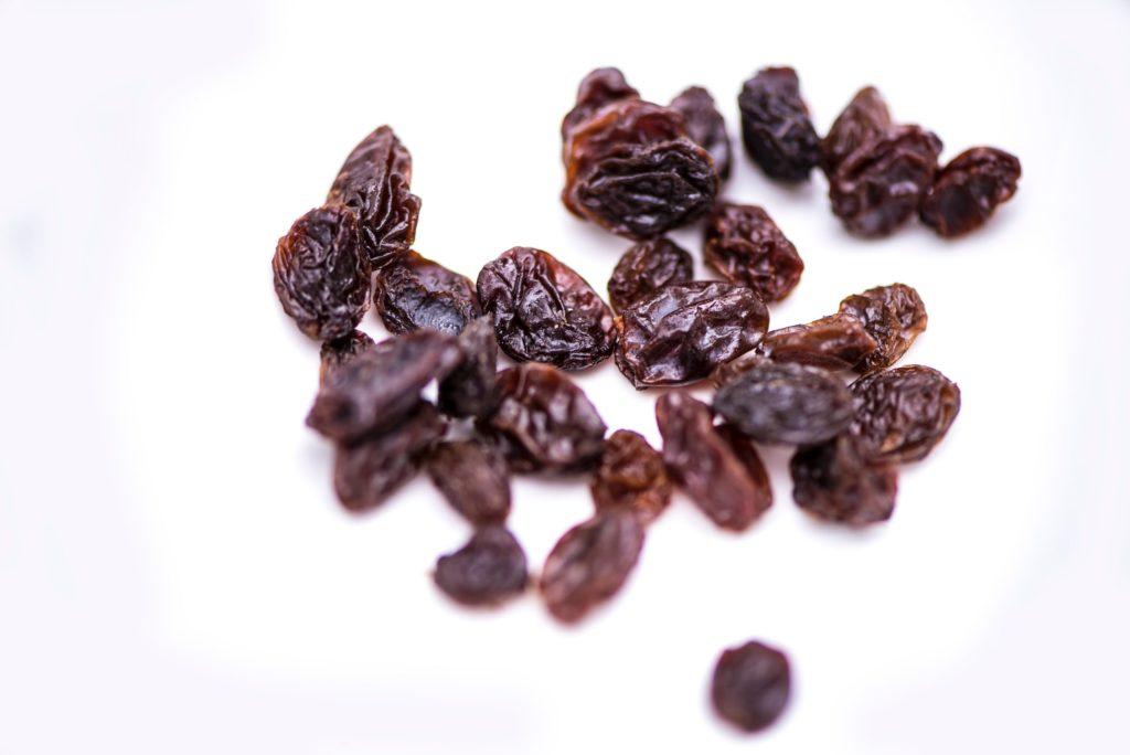 diversi tipi di chicco di uva passa