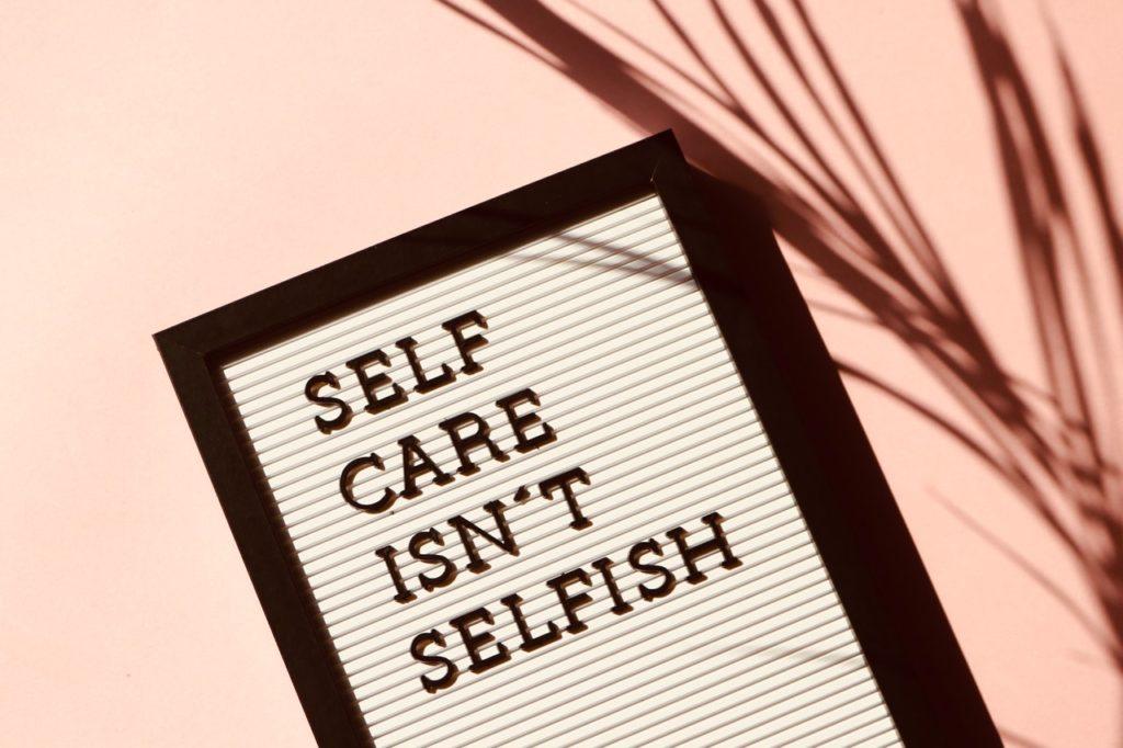 Prendersi cura di sé non è egoista_foto di Madison Inouye